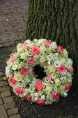 Sympathy wreath near tree — Stock Photo