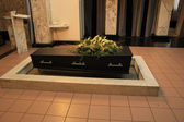 Coffin with funeral flowers — Stock Photo