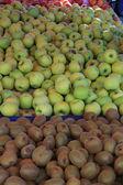 Kiwi fruits and apples — Stock Photo