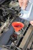 Sprawdzanie oleju silnikowego — Zdjęcie stockowe