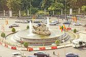 Doprava víří v plaza de la cibeles, madrid, španělsko. — Stock fotografie