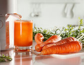 Fresh carrot juice and juicer — Stock Photo