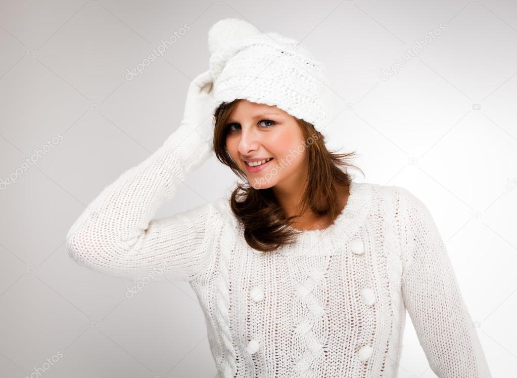 Young attractive woman dressed in winter clothes — Stock Photo #13753329