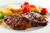 Grilled steak, baked potatoes and vegetables — Zdjęcie stockowe