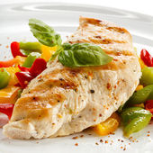 Grilled chicken breasts and vegetables — Stockfoto