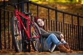 Urban biking - teenage girl and bike in park — Stock Photo
