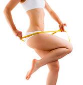 женщина, измерения ее стройное тело, изолированные на белом фоне — Стоковое фото