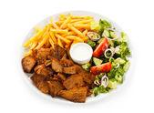 Carne a la parrilla con patatas fritas y verduras — Foto de Stock