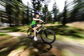 Jongen fietsen — Stockfoto