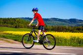 мальчик на велосипеде — Стоковое фото