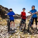 estilo de vida saludable - familia ciclismo — Foto de Stock