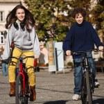 Urban biking - teens riding bikes in city — Stock Photo