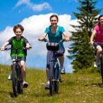 estilo de vida saludable - familia activa ciclismo — Foto de Stock