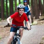 iki kadın bisiklet sürme — Stok fotoğraf #26429353