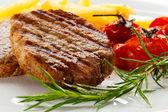 Steaks grillés, français frites et légumes — Photo