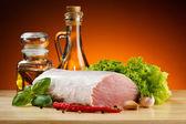 猪肉切板和蔬菜 — 图库照片