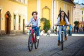 Urban Bike - Teens Reiten Fahrräder im Stadtpark — Stockfoto