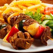 Viande grillée, français frites et légumes — Photo