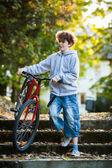 Ciclismo urbano - adolescente y bicicleta en el parque de la ciudad — Foto de Stock