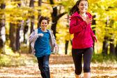 Meisje en jongen lopen, springen in park — Stockfoto
