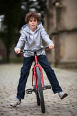Urban biking - teenage boy and bike in city — Zdjęcie stockowe
