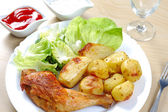 Grilled chicken drumsticks and fries — Stockfoto