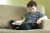 读一本书的年轻男孩 — 图库照片
