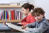 Fille et garçon d'apprentissage — Photo