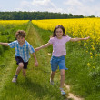 Kids running on green meadow — Stock Photo