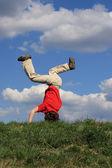 Garoto pulando, correndo contra o céu azul — Foto Stock