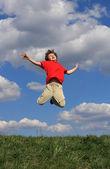 Pojken hoppar utomhus — Stockfoto
