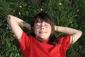 Meisje ontspannen op groene weide — Stockfoto