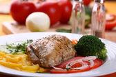 Pečené kuřecí řízek se zeleninou — Stock fotografie