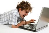 мальчик с помощью ноутбука — Стоковое фото