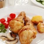 rostade kycklingklubbor med grönsaker — Stockfoto