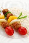 мясо на гриле, рис и овощи — Стоковое фото