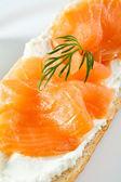 Pain avec fromage crème et saumon fumé — Photo