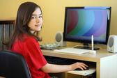Dziewczyna przy użyciu komputera — Zdjęcie stockowe