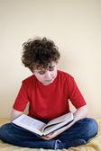 Evde çocuk okuma kitabı — Stok fotoğraf