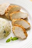 жареное куриное мясо с белым рисом и овощами — Стоковое фото