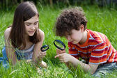 дети с помощью увеличительного стекла — Стоковое фото