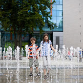 Kids playing in water — Stock Photo