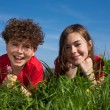 Kids relaxing on green meadow — Stock fotografie