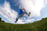 Мальчик прыгает против голубого неба — Стоковое фото