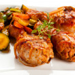 Roasted chicken drumsticks and vegetables — Stock Photo