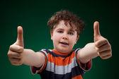 Başparmak yukarıya ile çocuk — Stok fotoğraf