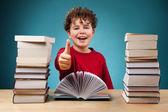 Rizado chico aprender en casa — Foto de Stock