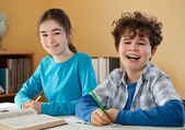 Kids learning at home — Stockfoto