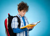 Student with backpack reading book — Stock Photo