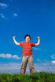 Pojke med armarna upp — Stockfoto
